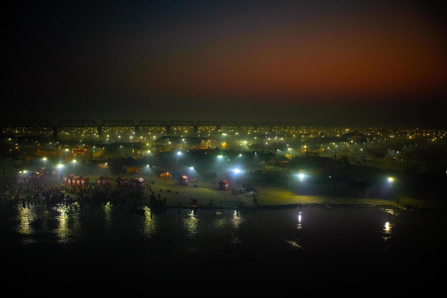 Prayagraj, India 2019- gouden zonsopgang uitzicht op kumbh festival foto
