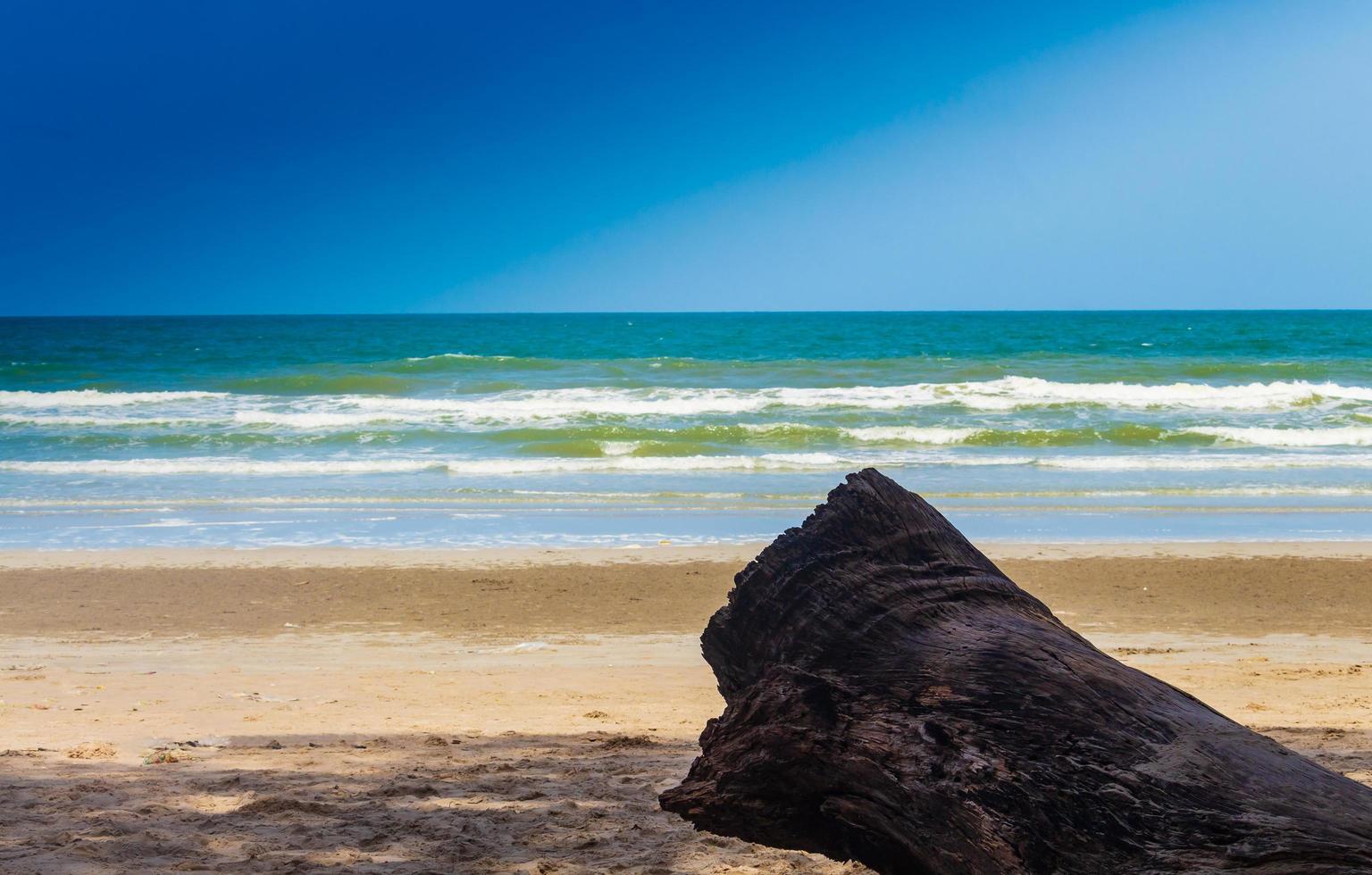 landschap van zomerstrand en blauwe hemel foto