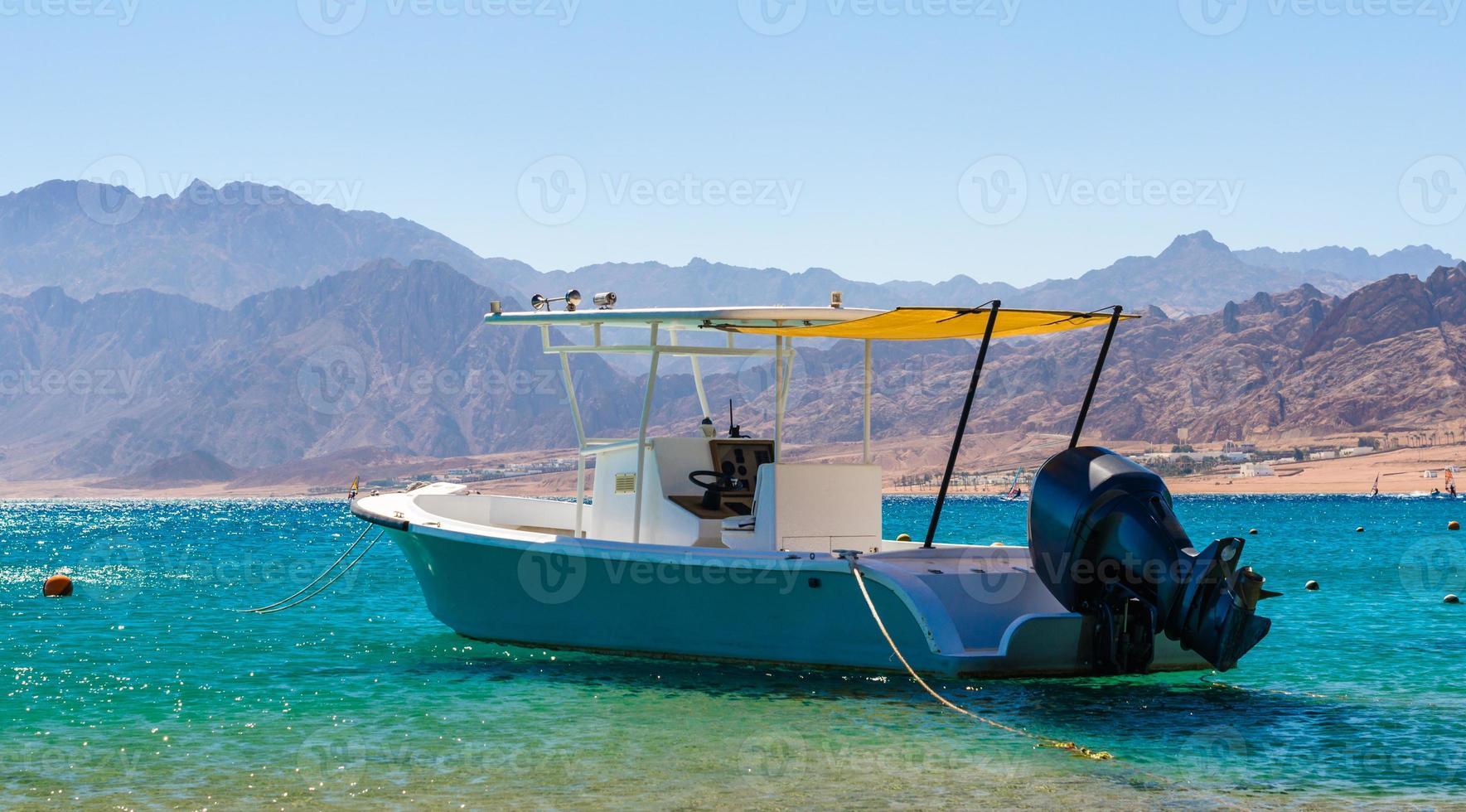 motorboot op zee foto
