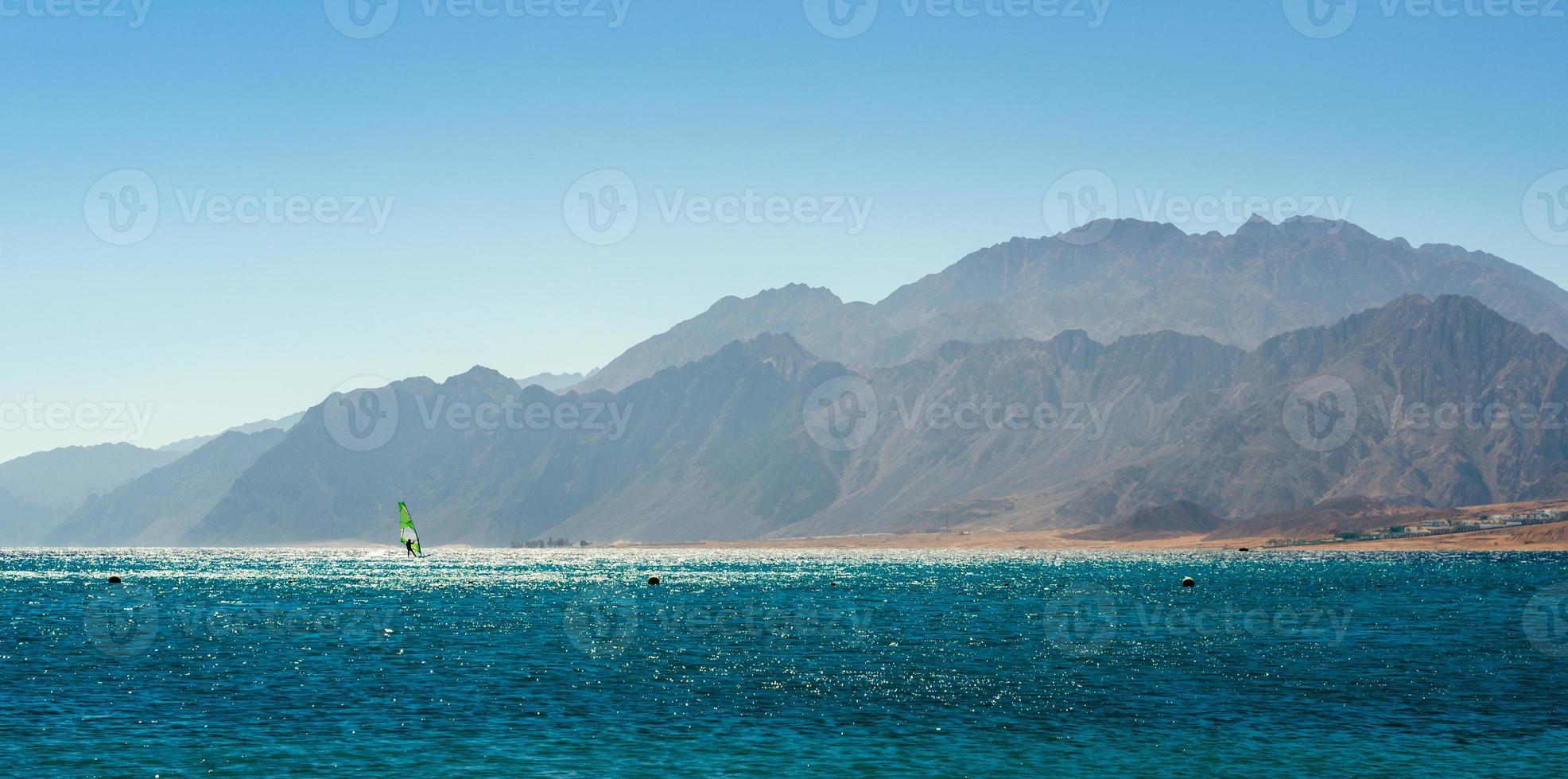 rotsachtige bergen in de buurt van de zee foto