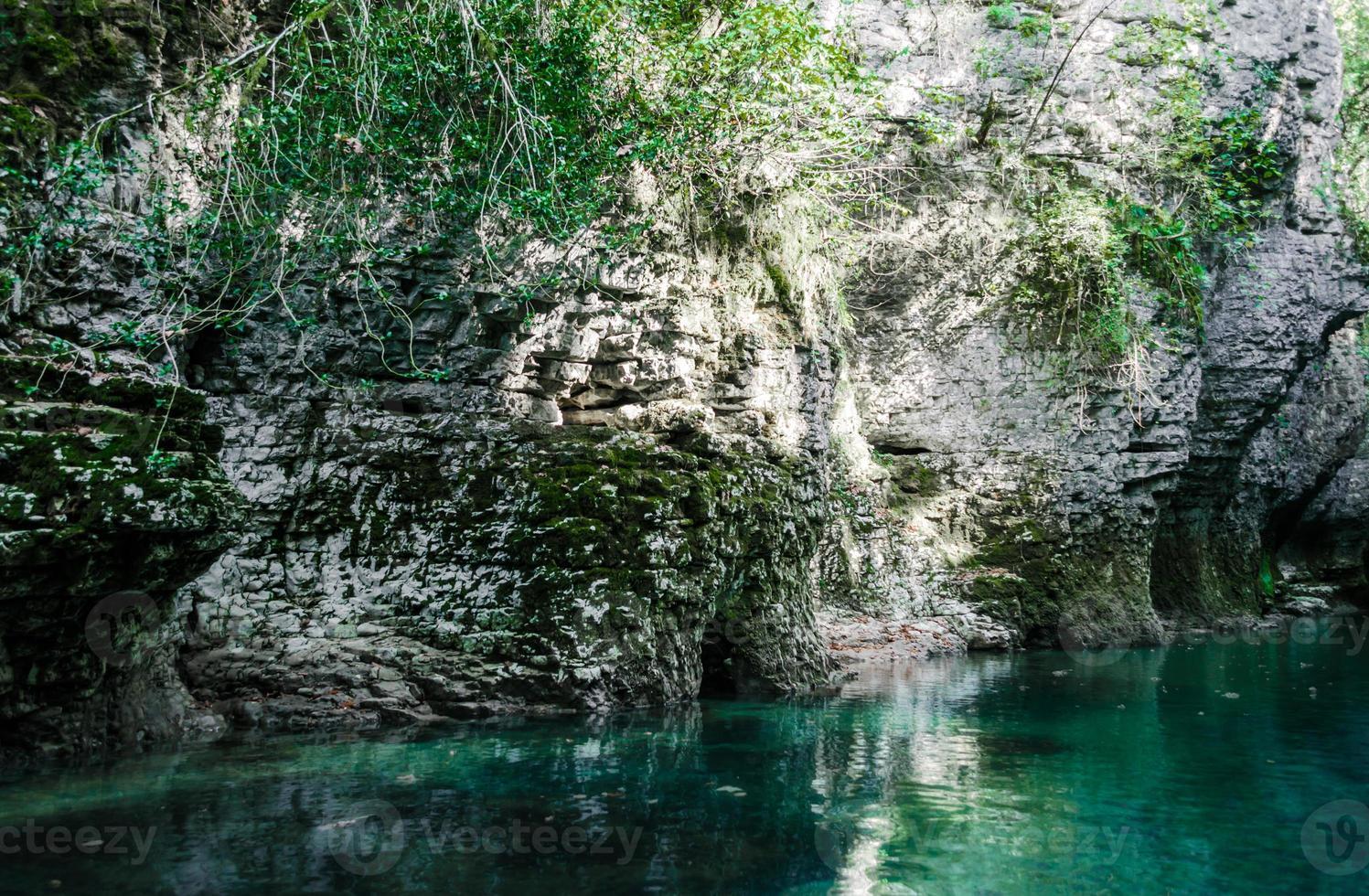 blauw water en rock foto