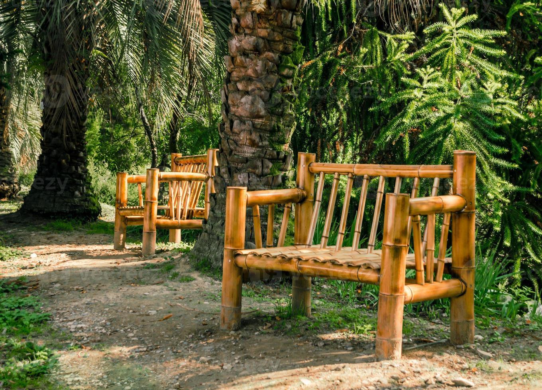 bamboe bankjes in een park foto