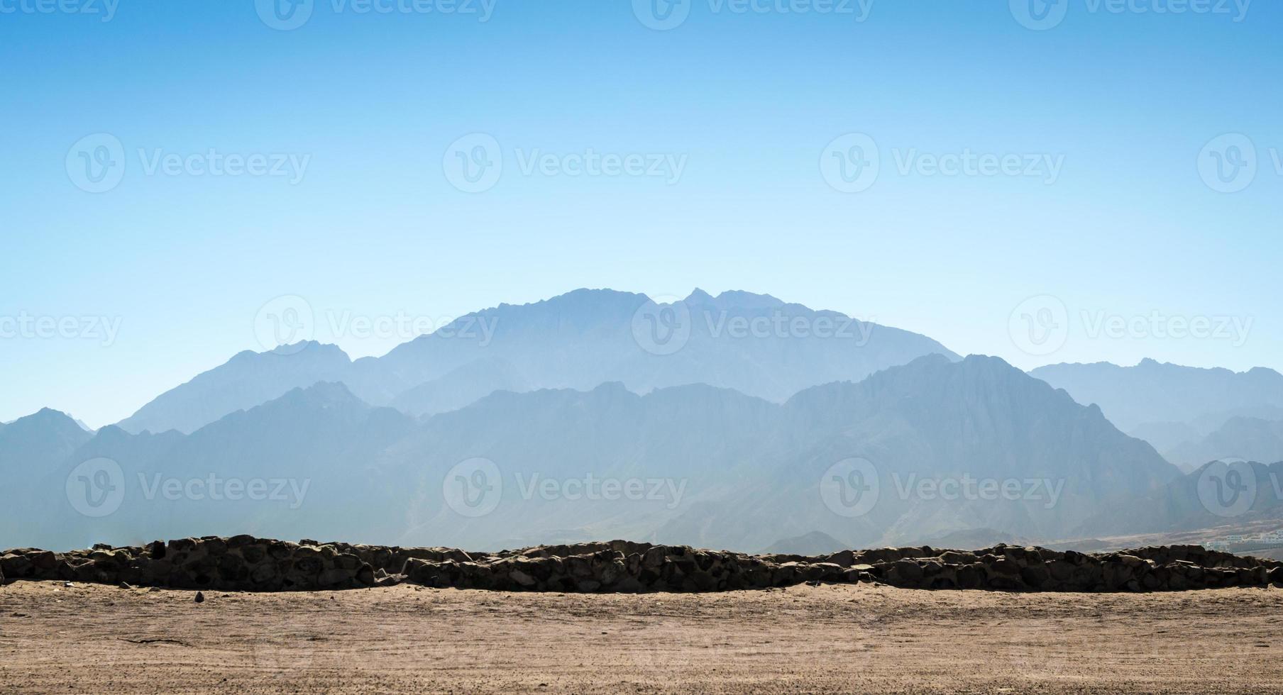 bergen en blauwe lucht foto