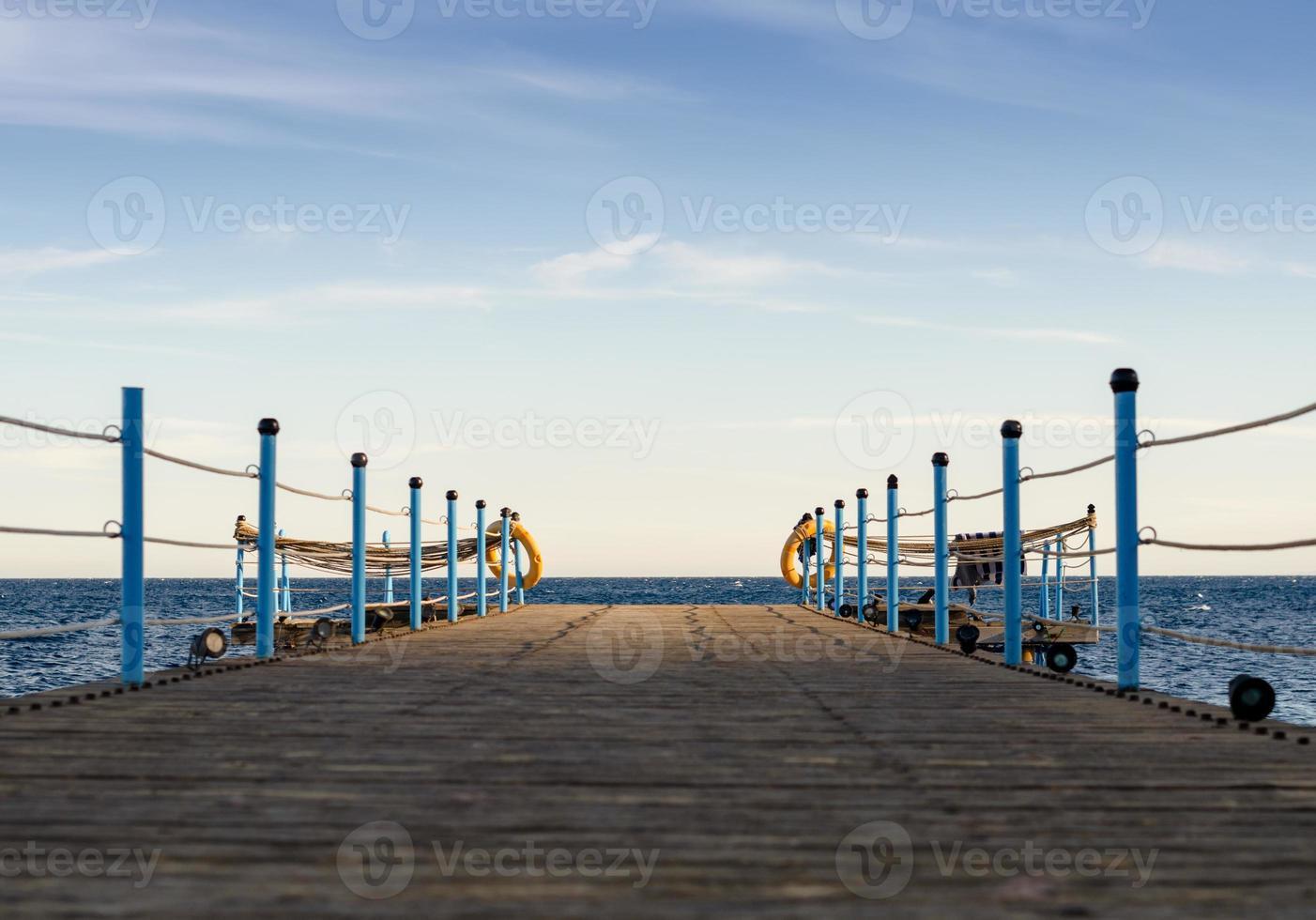 houten platform met blauwe hemel foto