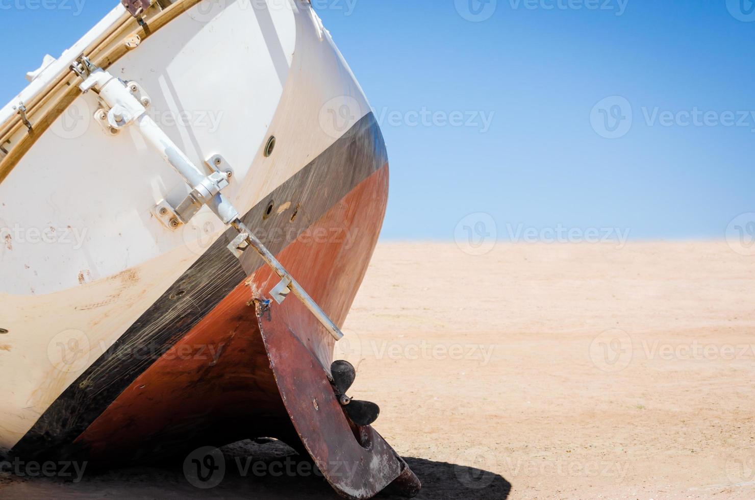 verlaten oud jacht op het zand foto