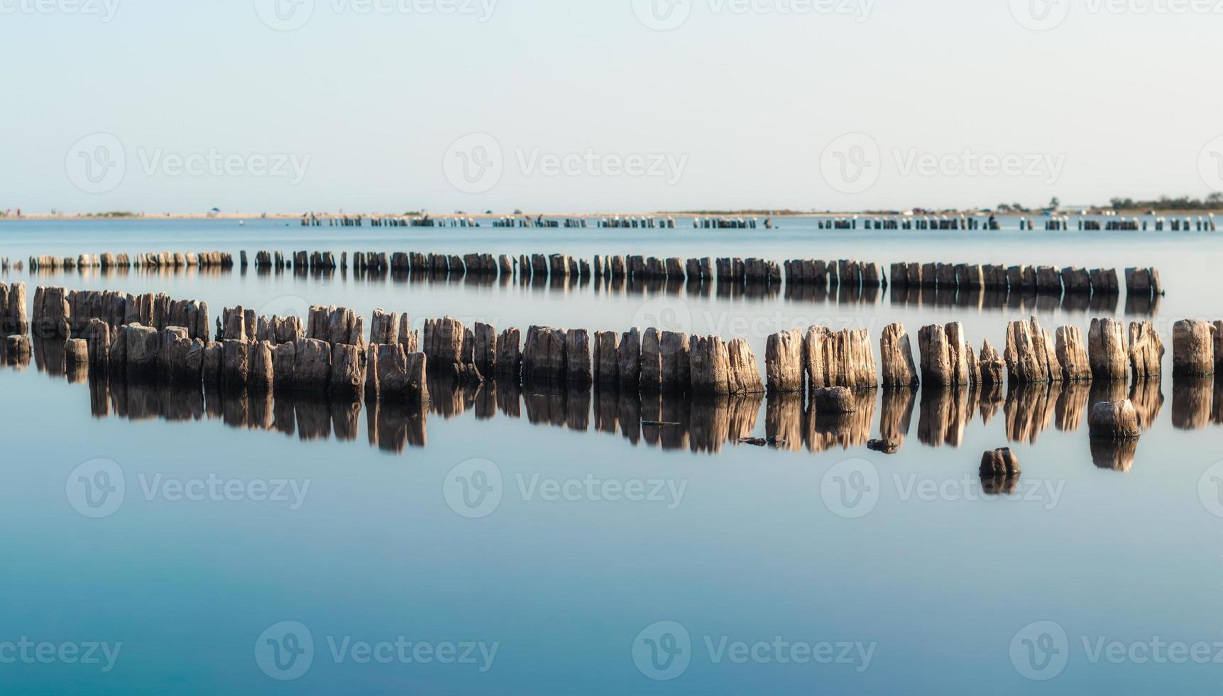 oude houten pieren in water foto