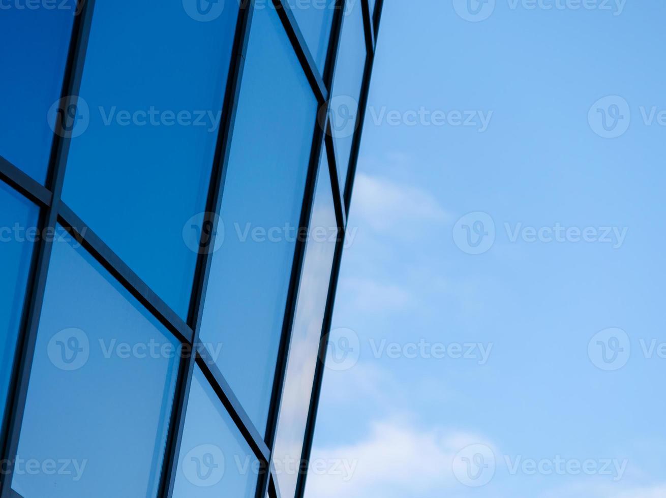 hoogbouw met een blauwe lucht foto