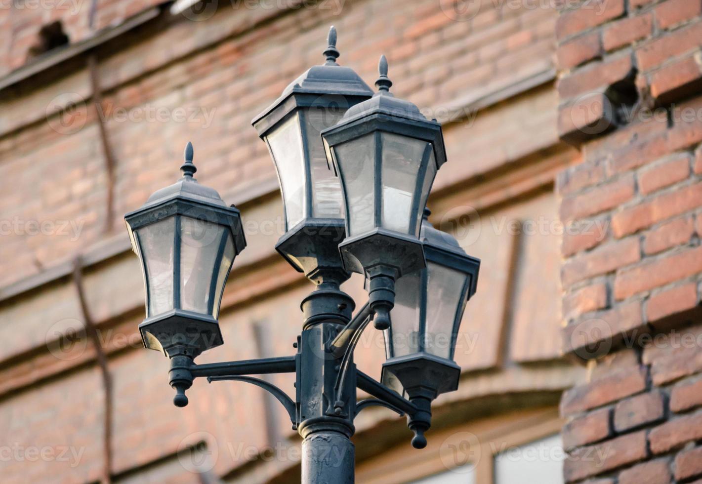 lantaarn tegen een bakstenen muur foto