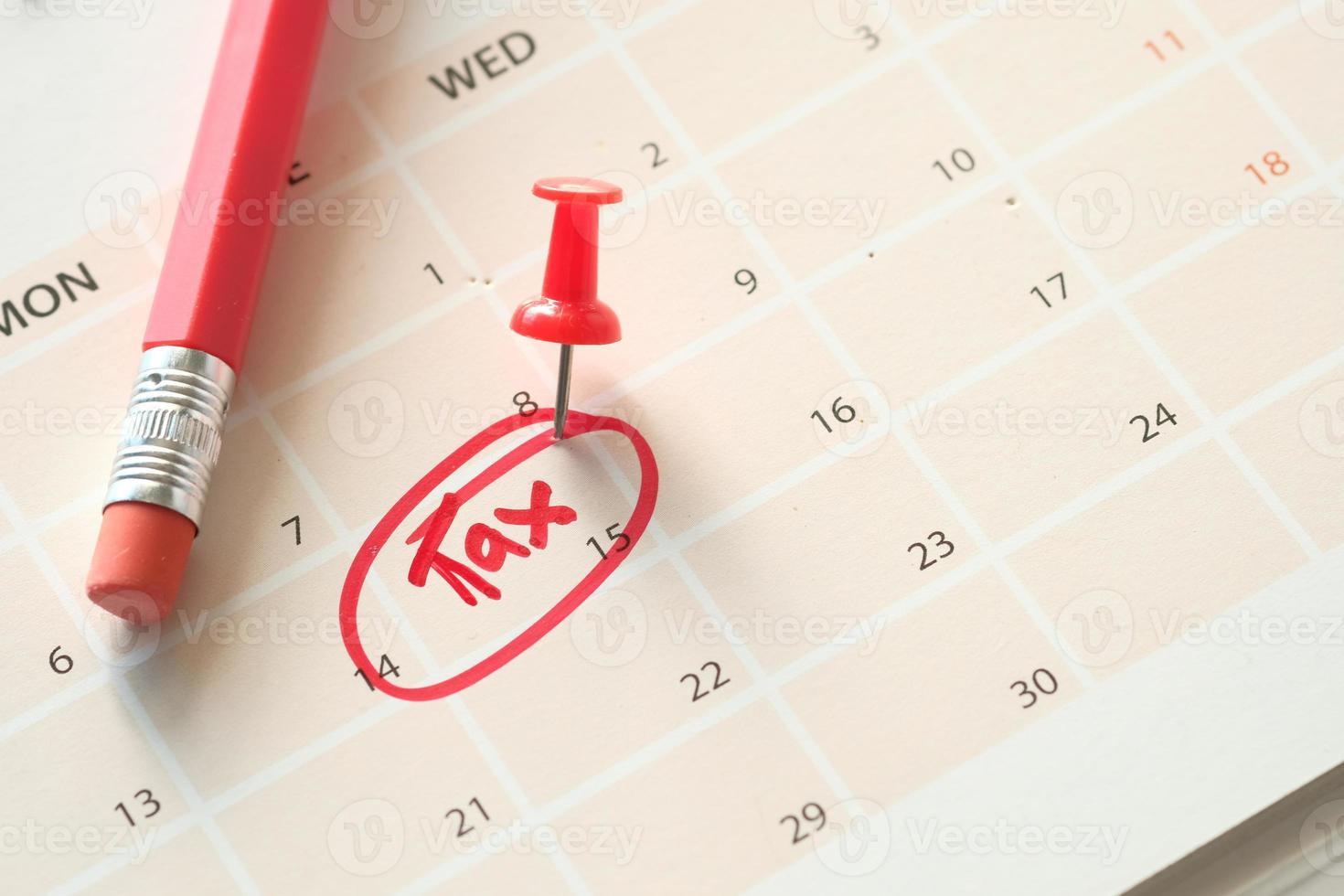 belastingdag concept met rode cirkel op kalenderdatum foto