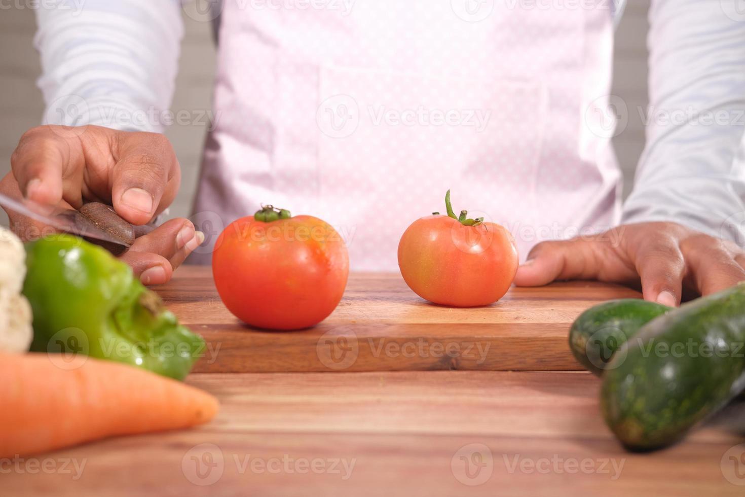 verse tomaten op een snijplank foto