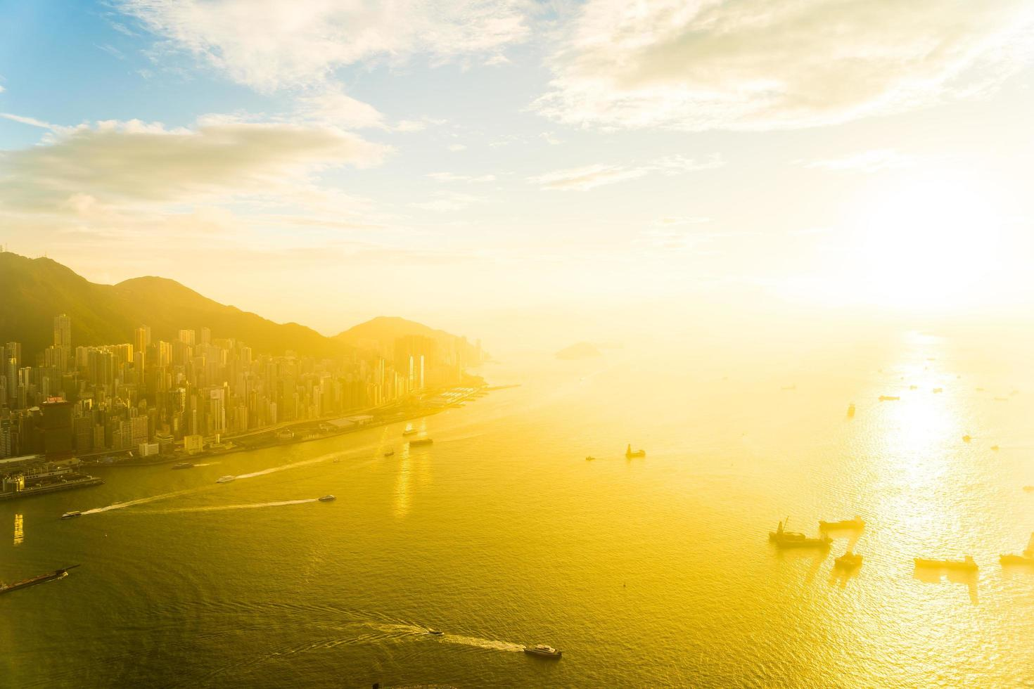 prachtige kleurrijke zonsondergang over hong kong, china foto