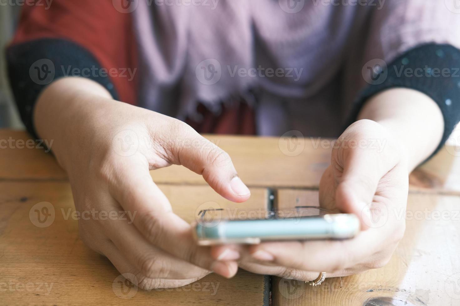 vrouw hand met slimme telefoon foto