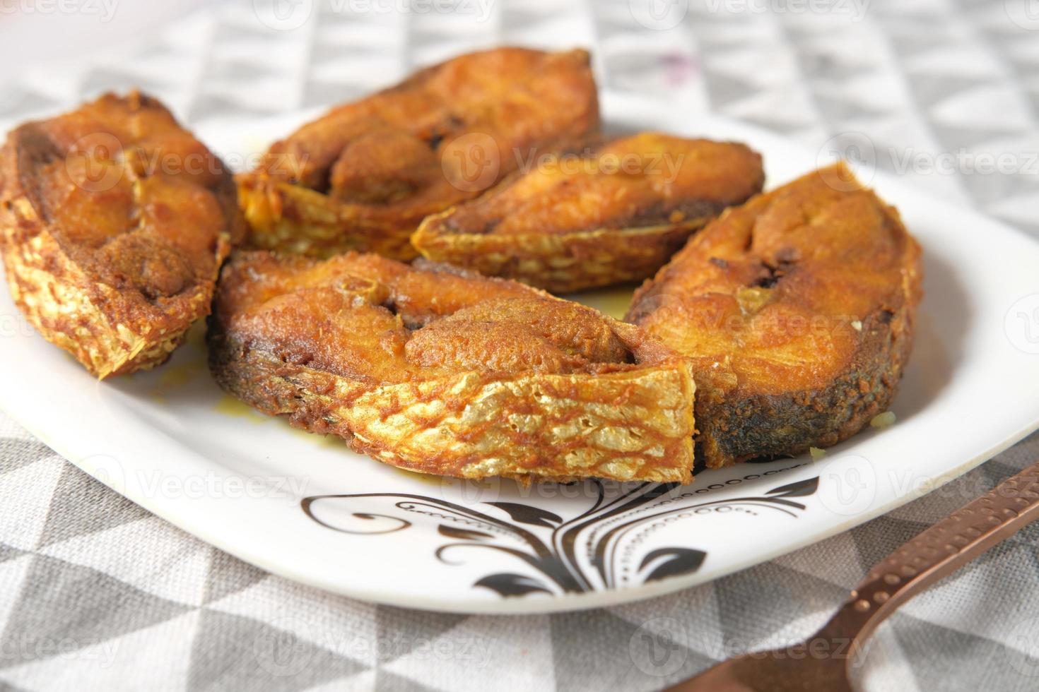 gekookte ilsha vis op plaat op tafel foto