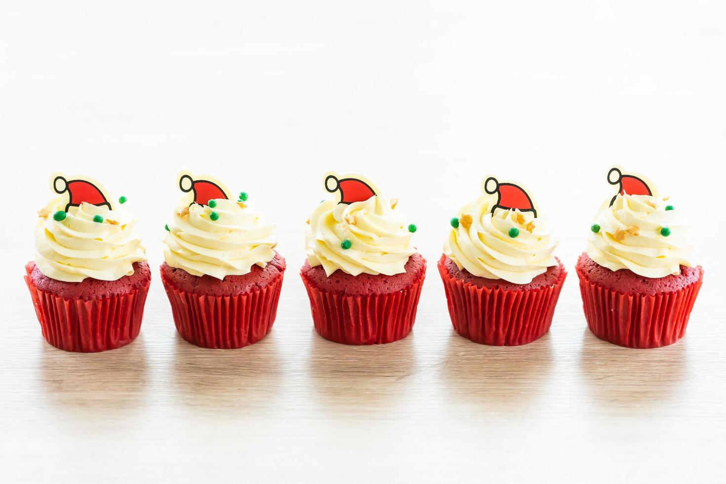 zoet dessert met cupcake rood fluweel foto