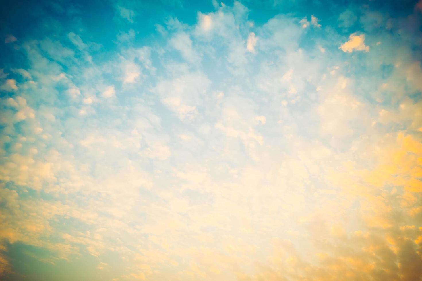 vintage wolk op hemelachtergrond foto