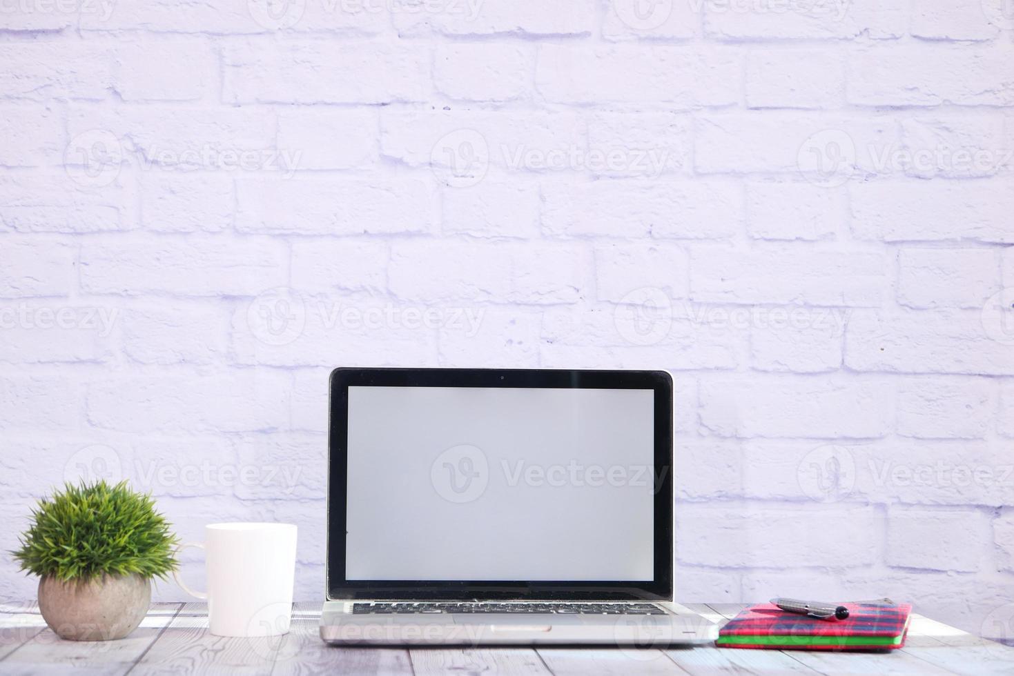 laptop met leeg scherm op bureau foto