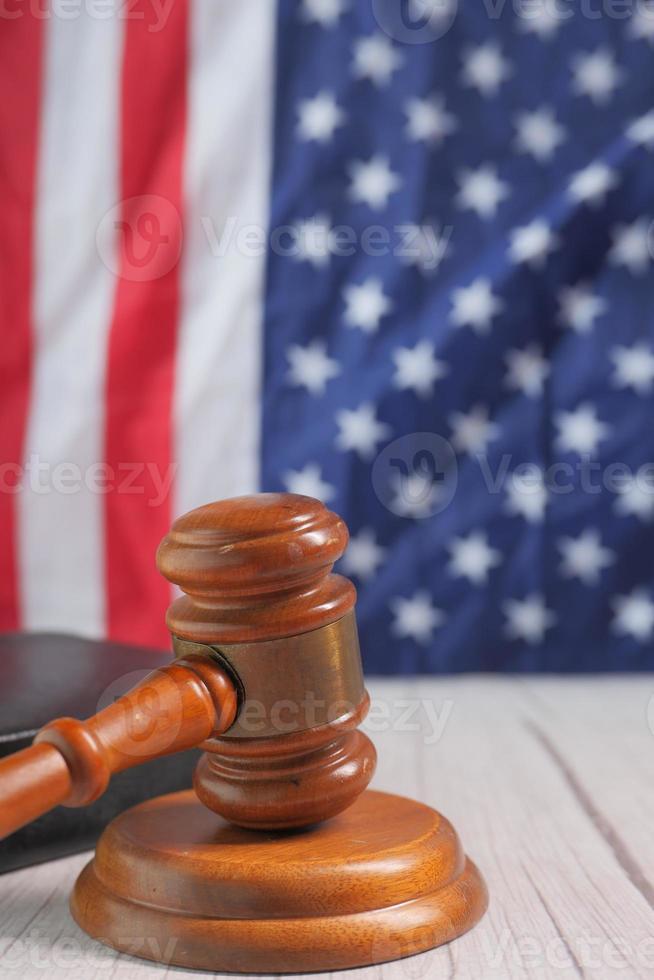 close-up van hamer en boek tegen Amerikaanse vlag foto