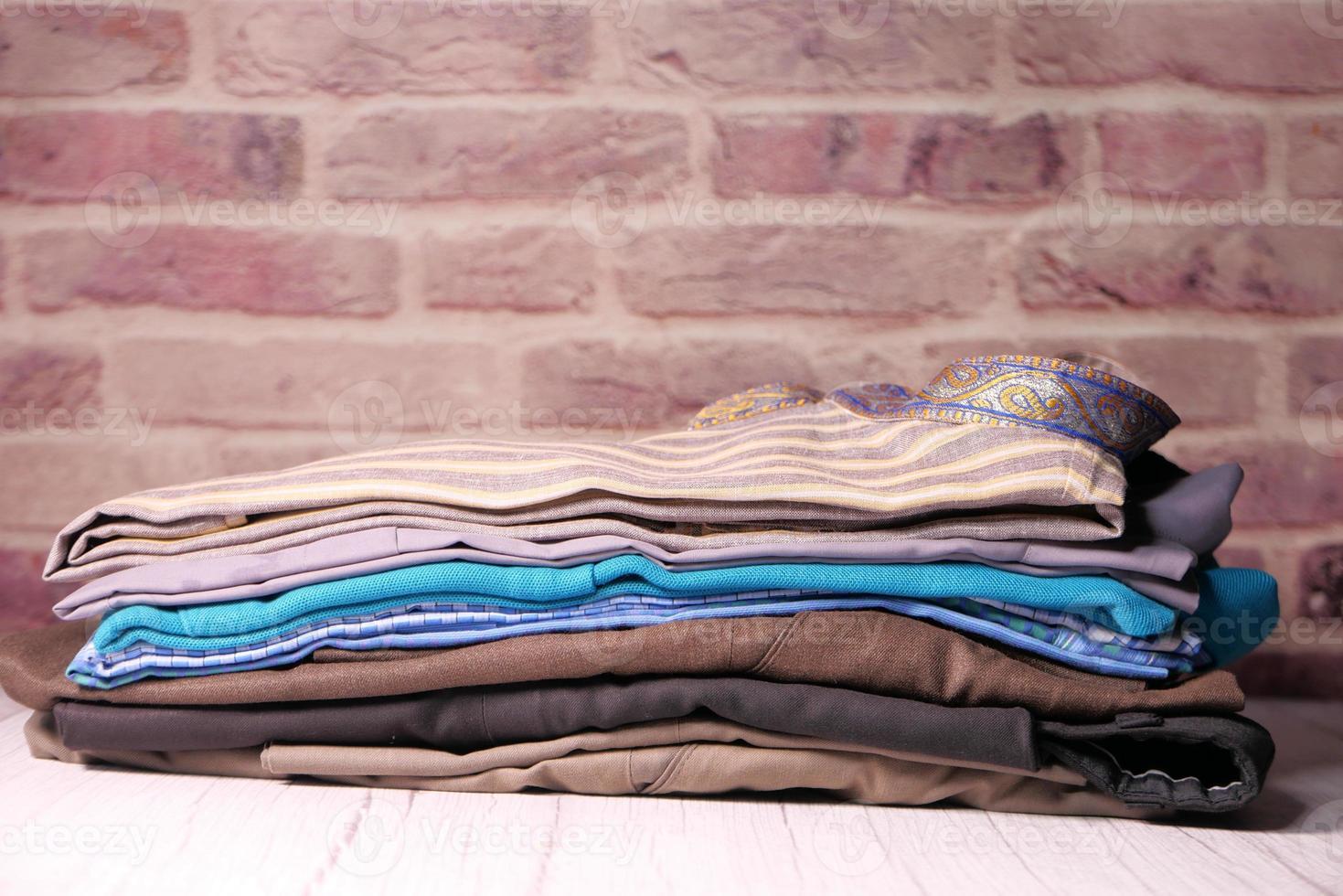 gevouwen stapel overhemden foto