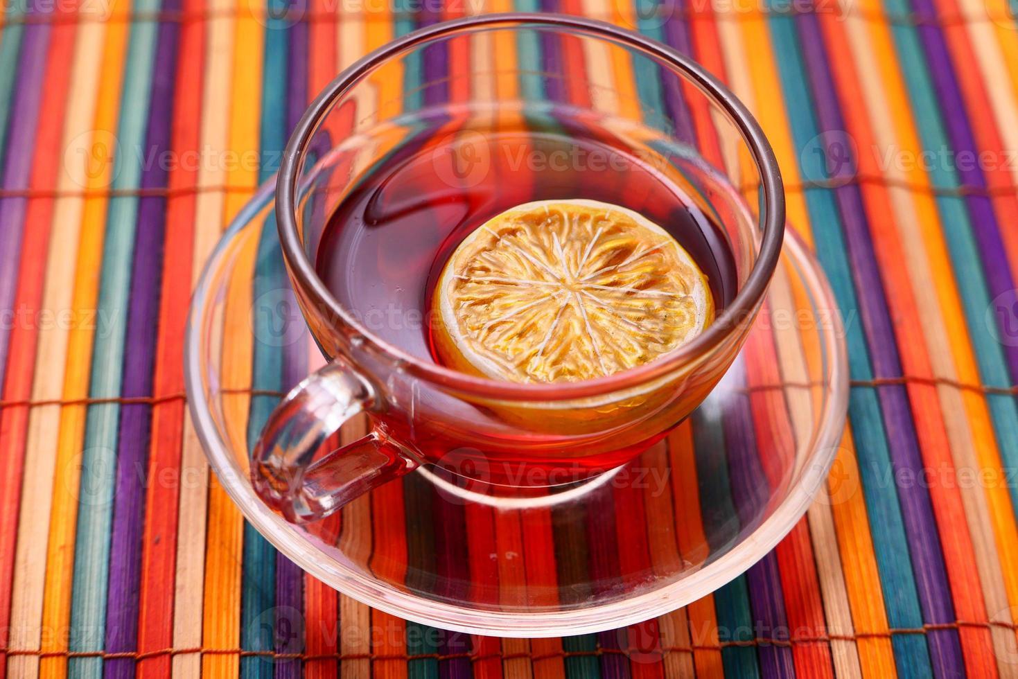 citroenthee op kleurrijke tafelkleedachtergrond foto