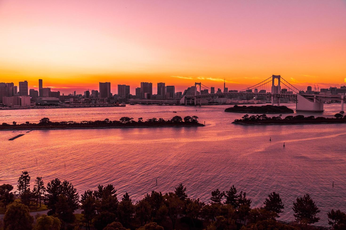 stadsgezicht van de stad van tokyo met regenboogbrug, japan foto