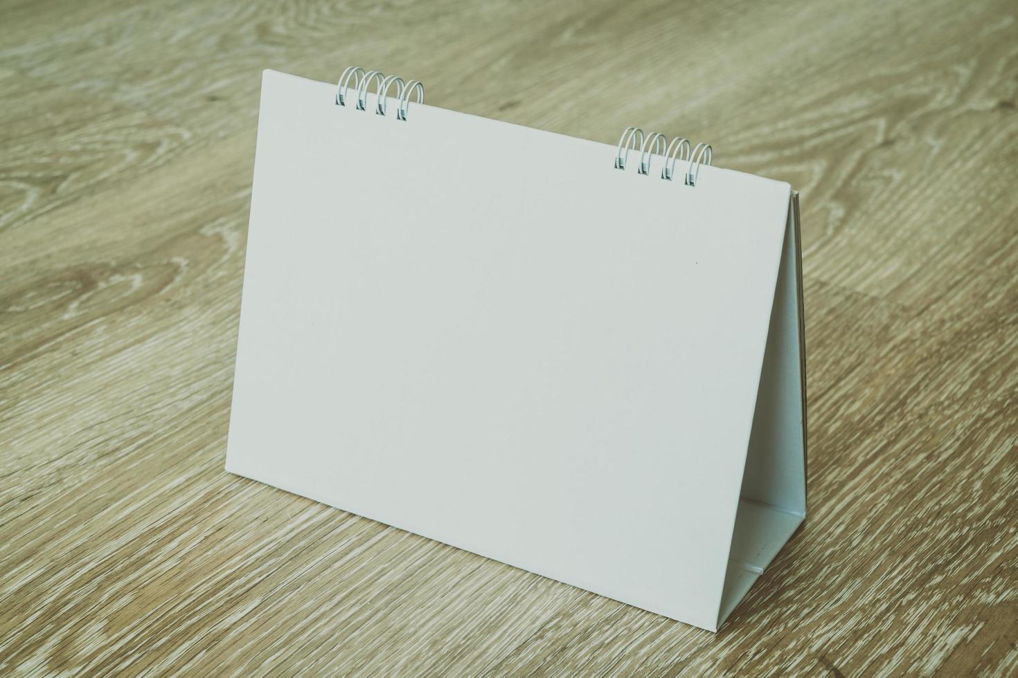lege kalender op houten achtergrond foto