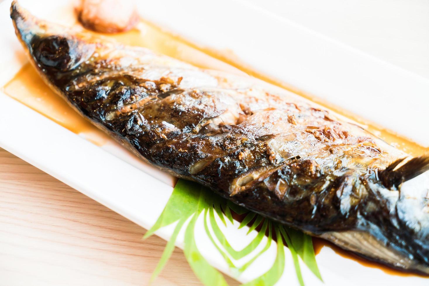 gegrilde saba-vis met zwarte zoete saus foto