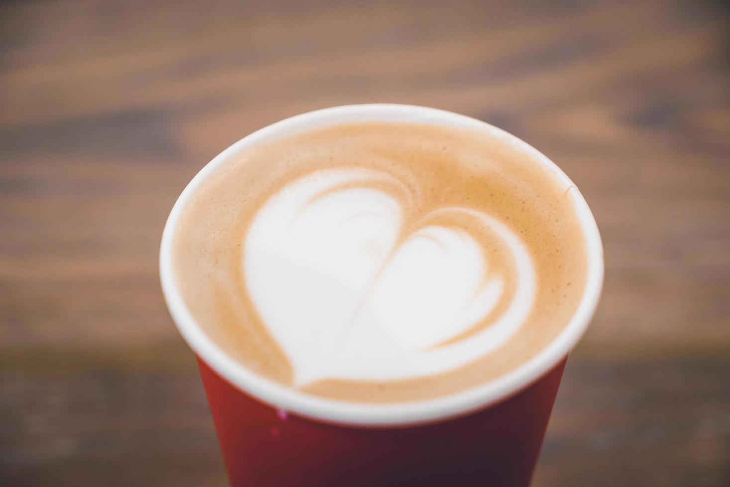 hart latte koffie in rode kop foto