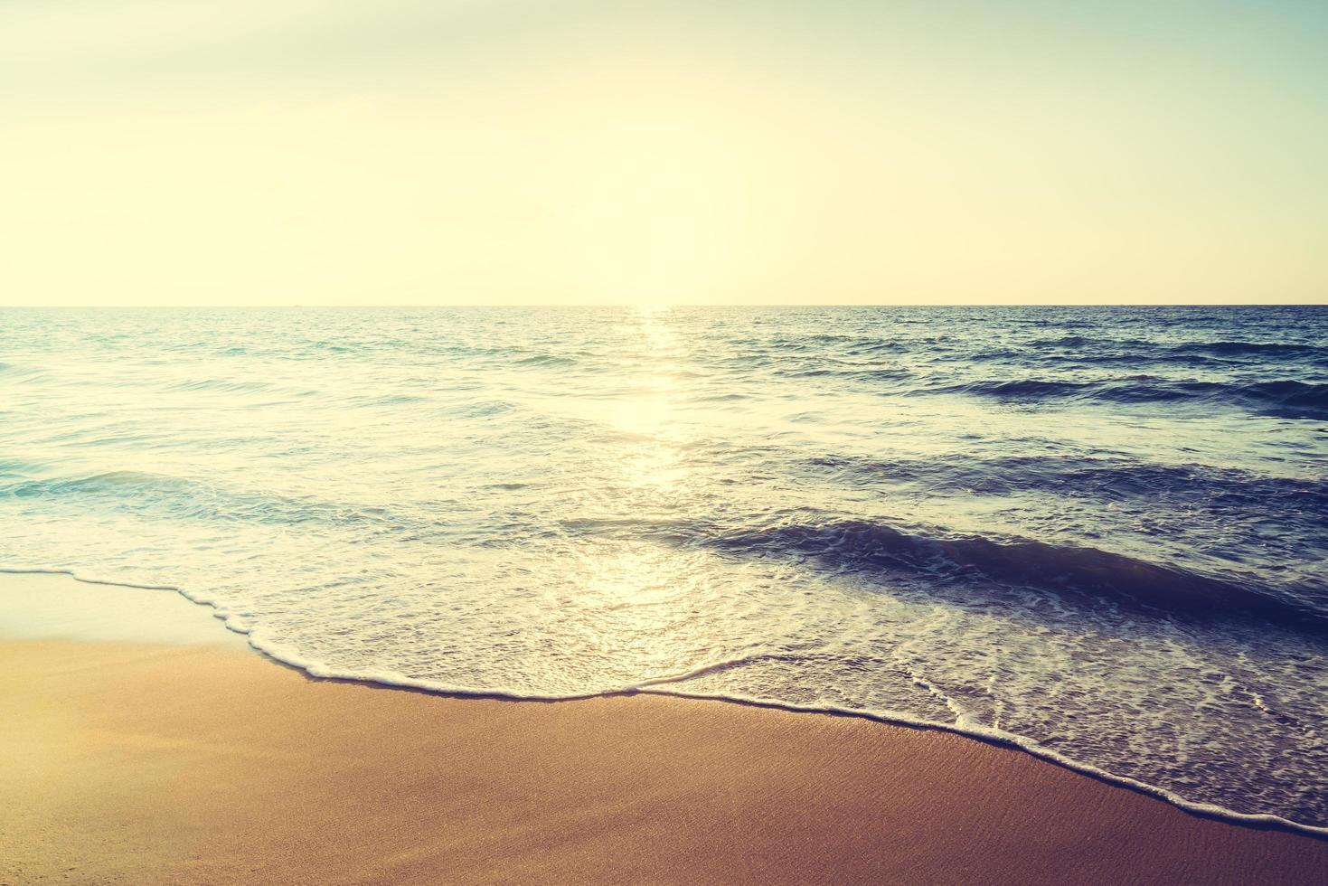 zonsondergang met zee en strand foto