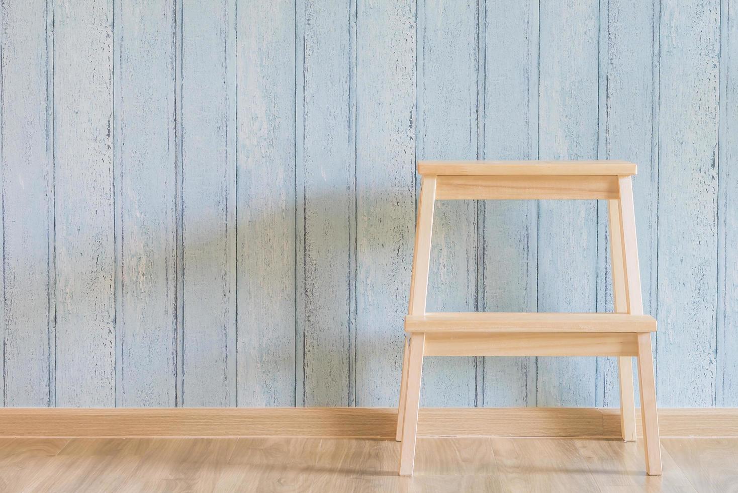 vintage houten stoel op hout achtergrond foto