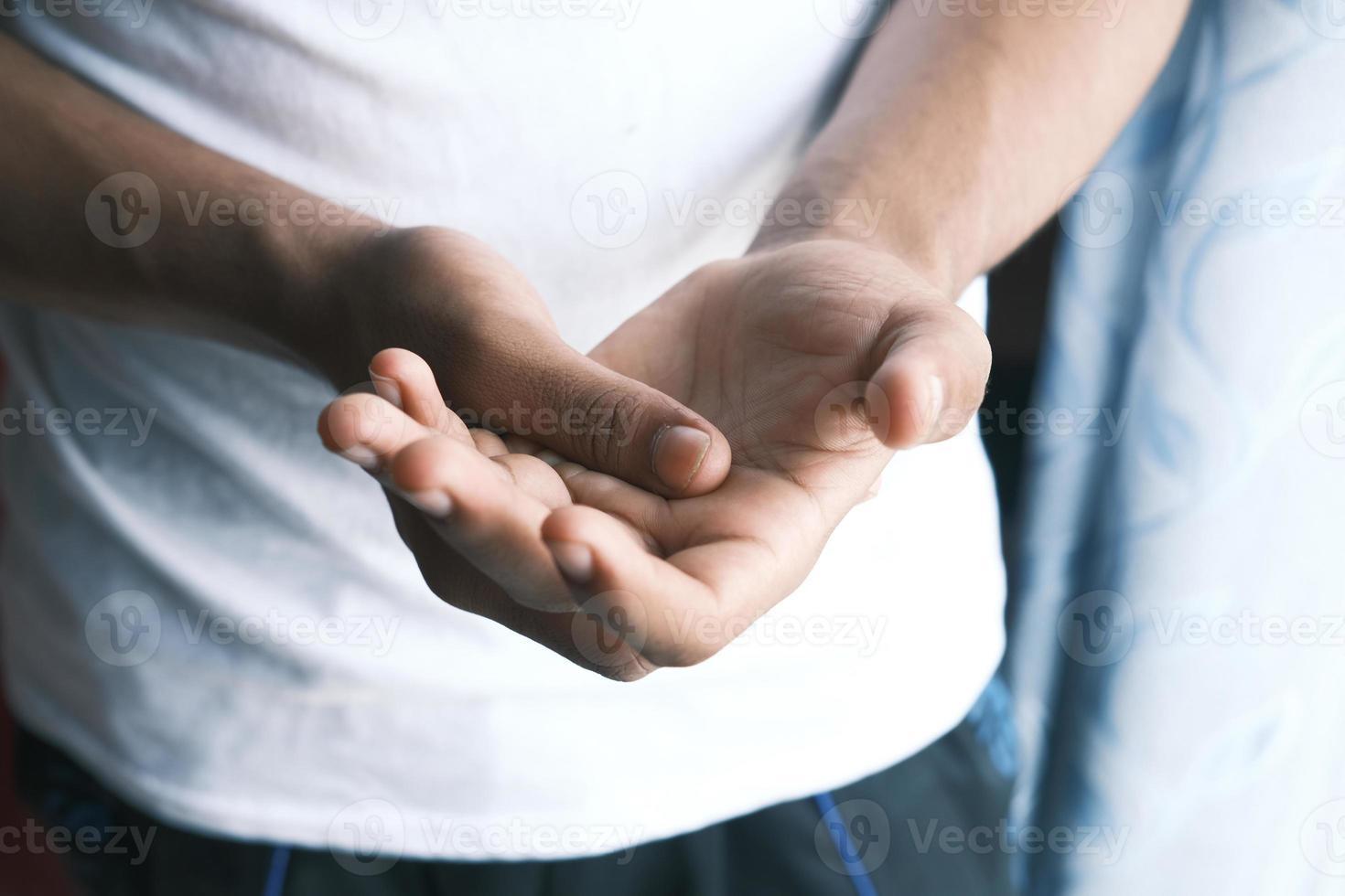 man lijden pijn in de hand close-up foto
