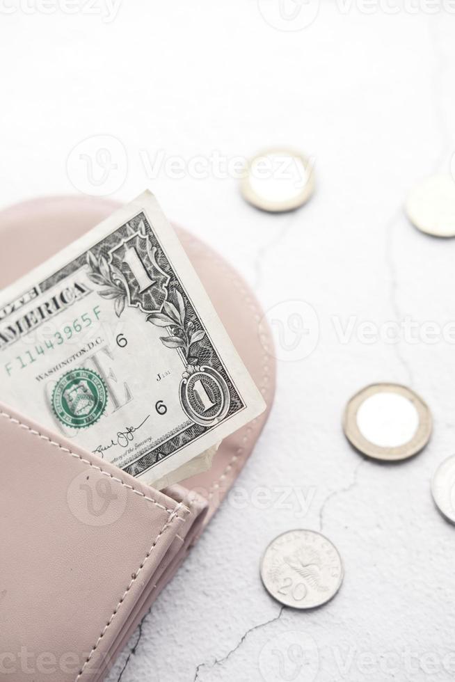 een dollarbiljet steekt uit lederen portemonnee foto