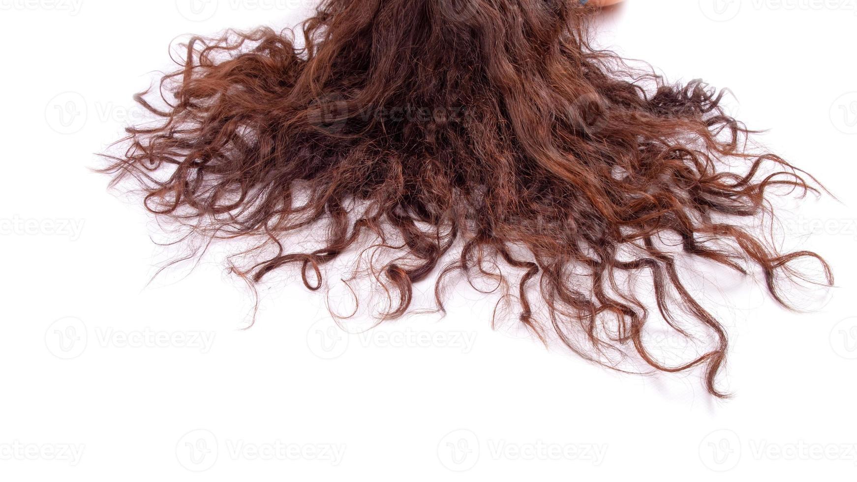vrouwelijk krullend haar dat op witte achtergrond wordt geïsoleerd foto