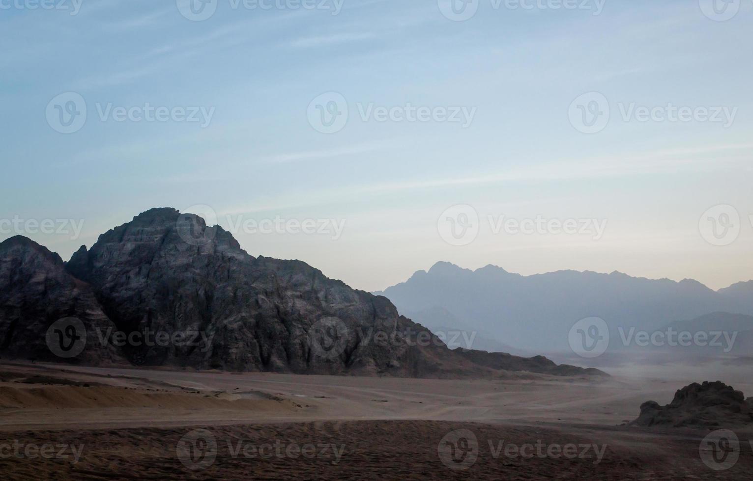 rotsachtige woestijn in de schemering foto