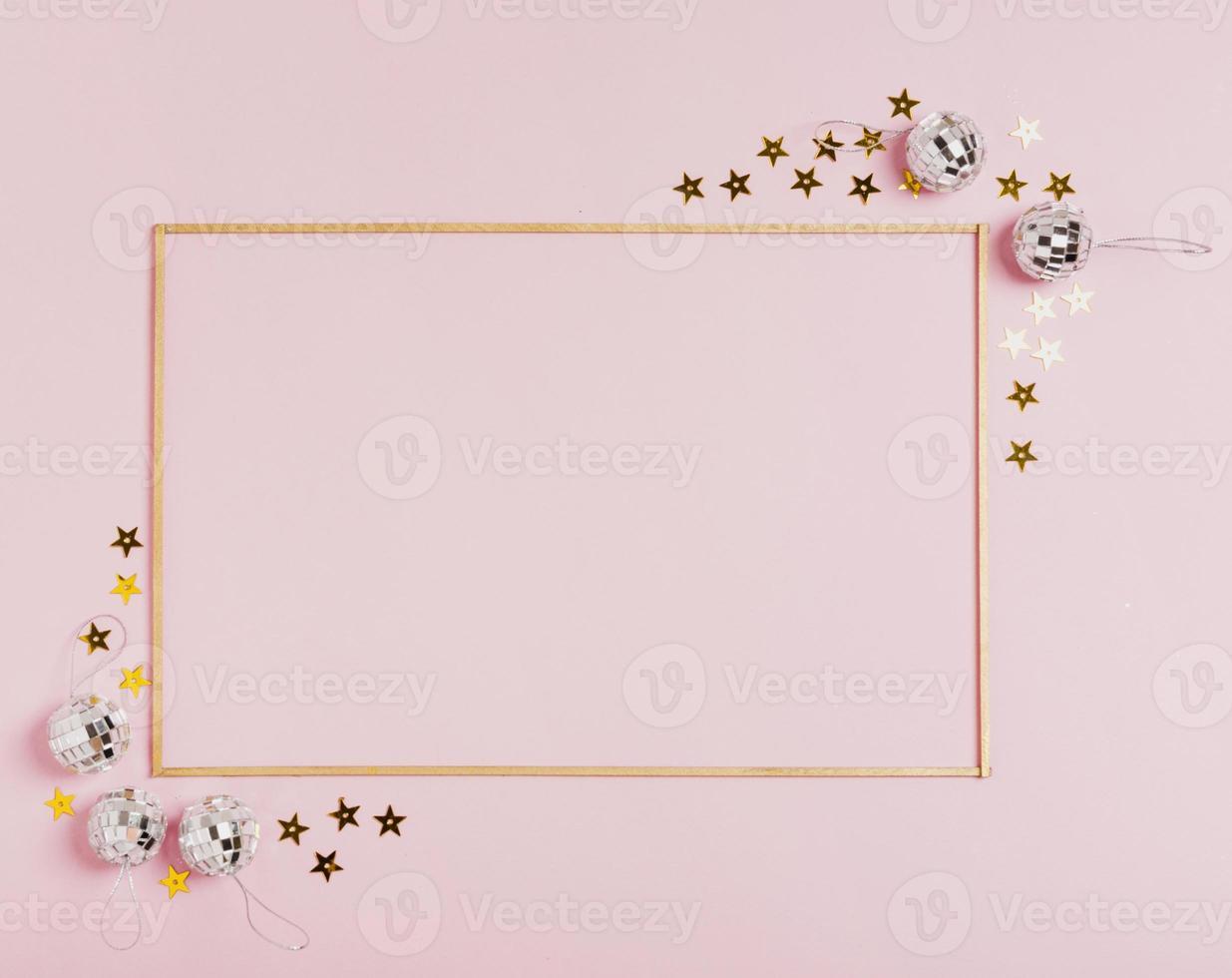 schattig frame met kerstballen op roze achtergrond foto