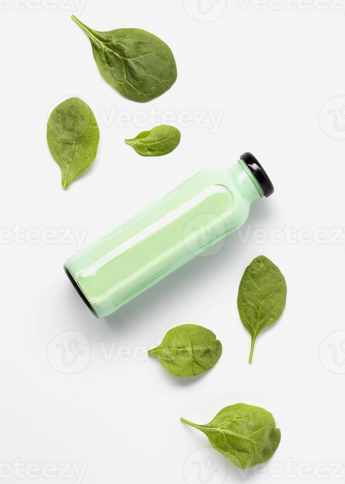 plat leggen sapfles met spinazieblaadjes foto