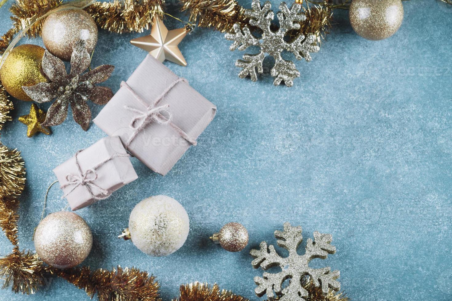 geschenkdozen met glanzende kerstballen foto