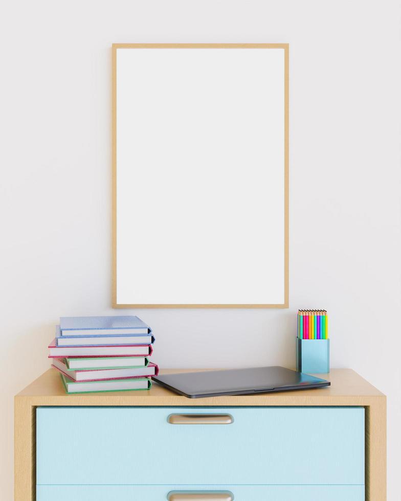 houten frame op meubels met laptop, boeken en potloden erop foto