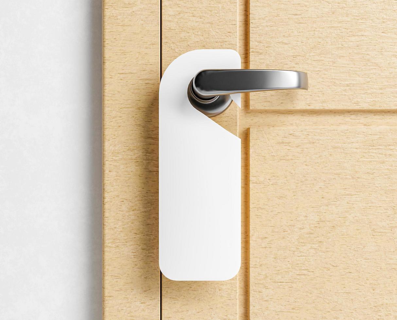 mock-up van een hangerlabel op een deur foto