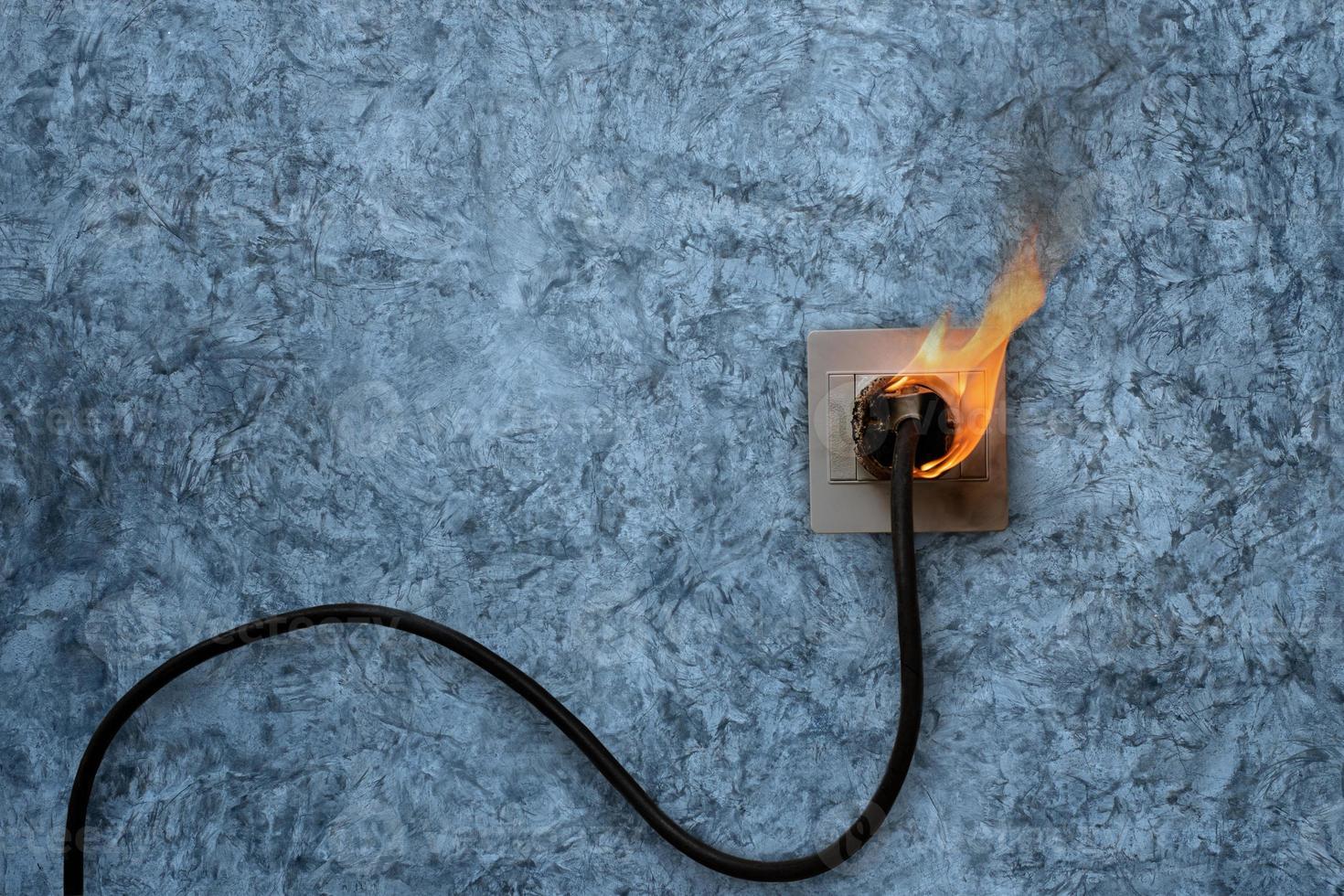 elektrisch vuur op stopcontact foto