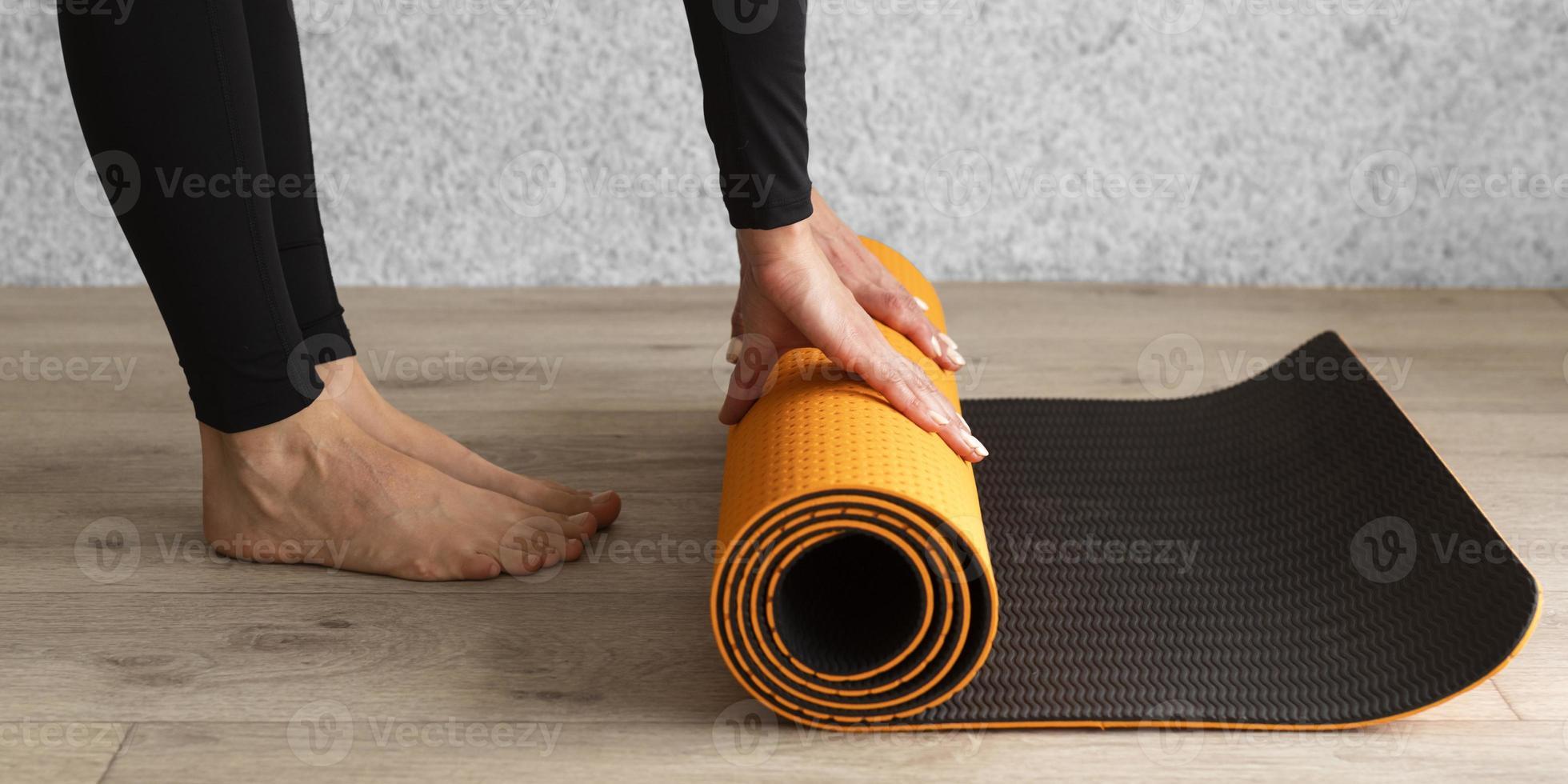 close-up handen met yoga mat foto