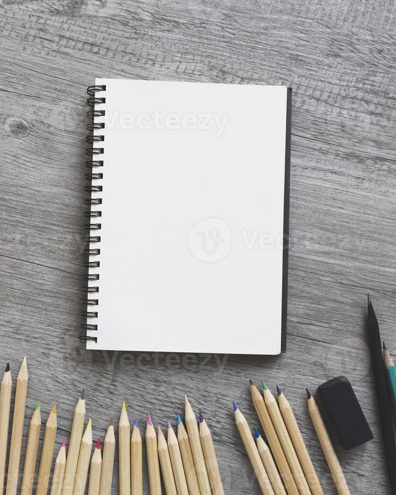 close-up potloden in de buurt van schetsboek foto