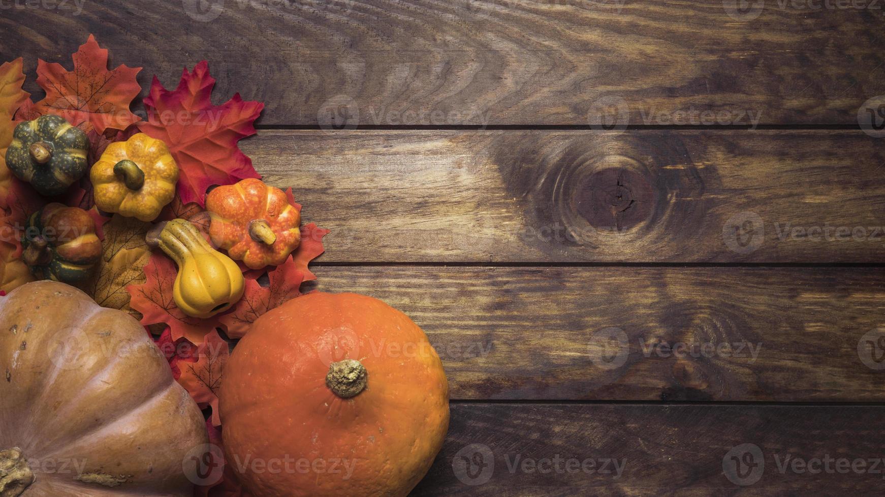 samenstelling van rijpe pompoenen herfstbladeren foto