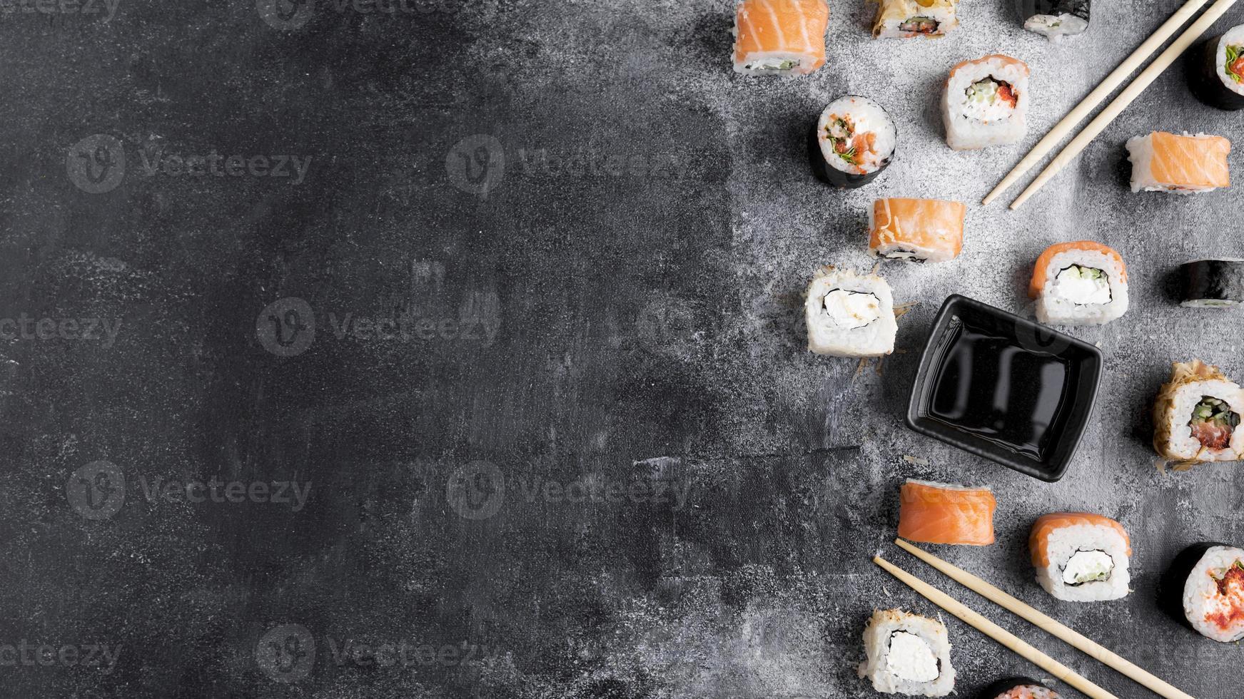 kopieer de ruimte van een verscheidenheid aan sushi op een grijze achtergrond foto