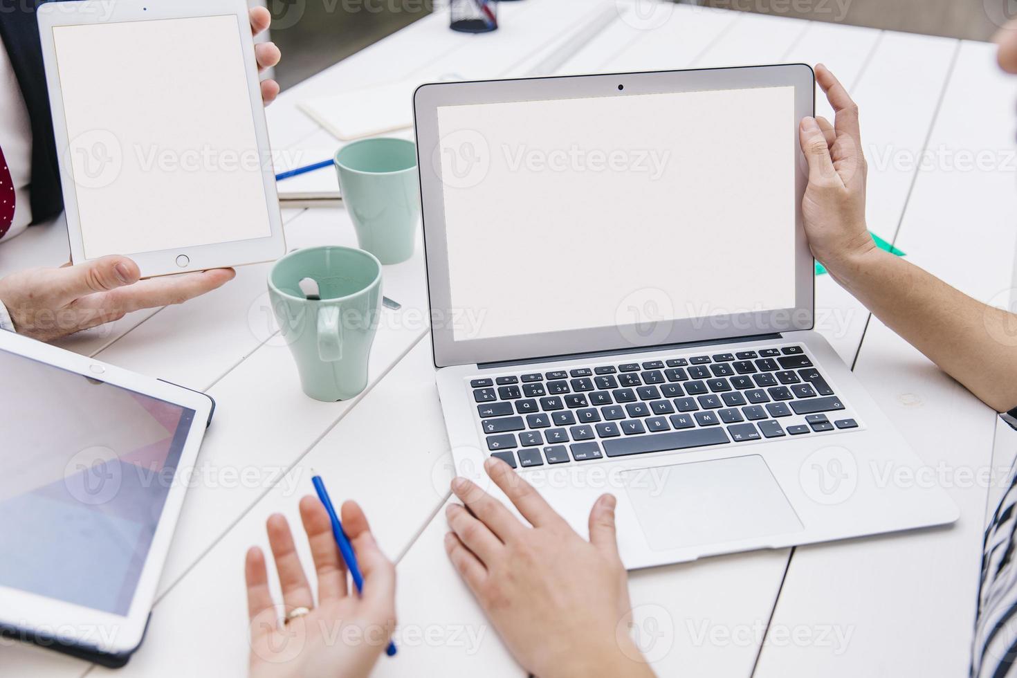bijgesneden collega's met behulp van laptop foto