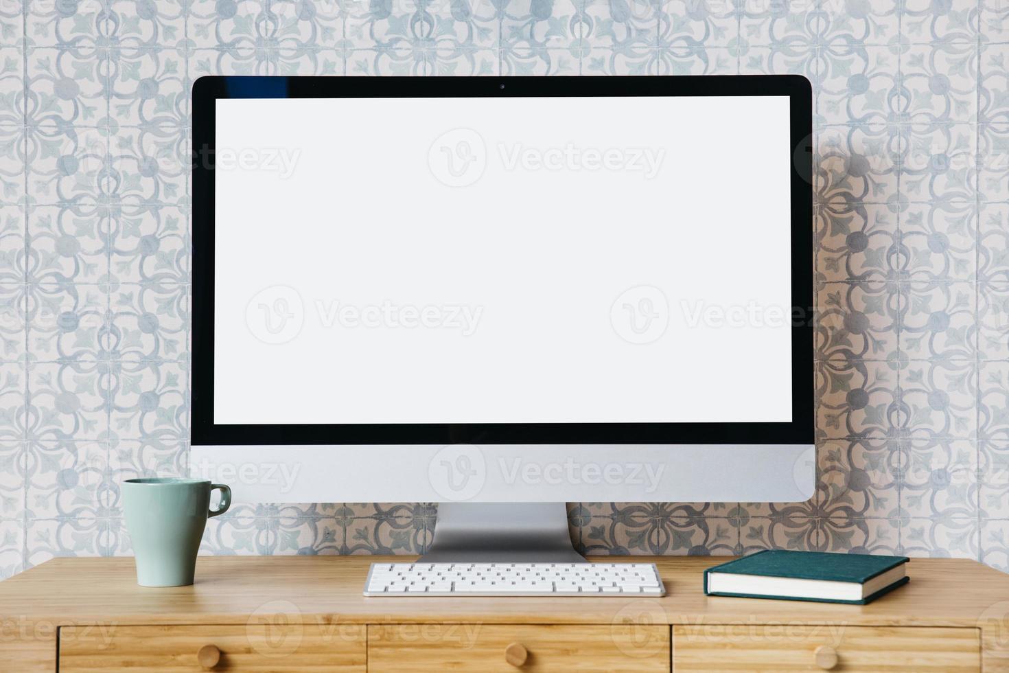 desktop computer op bureau foto