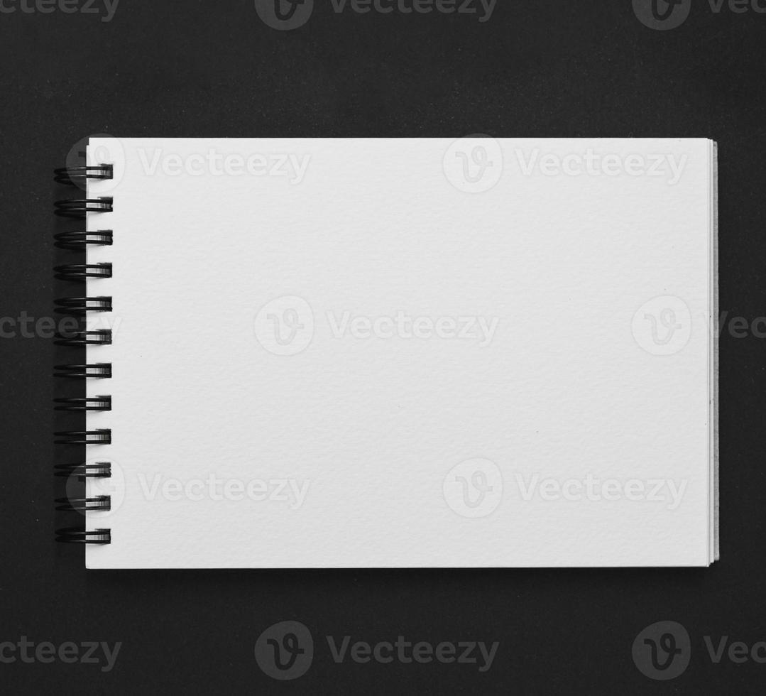 verhoogde weergave spiraal Kladblok zwarte achtergrond foto