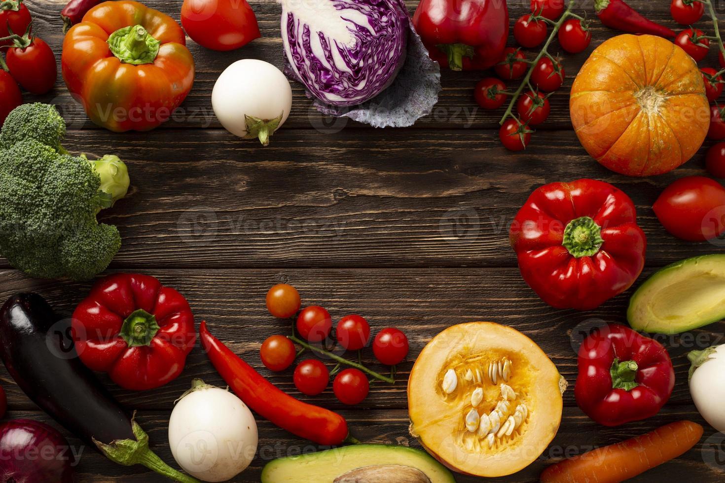 plat lag groenten in cirkelvormig frame foto