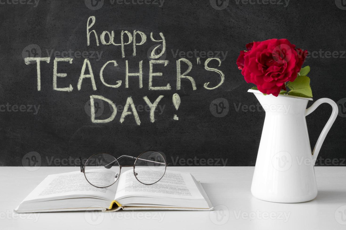 gelukkige lerarendag met bloemen en boek foto