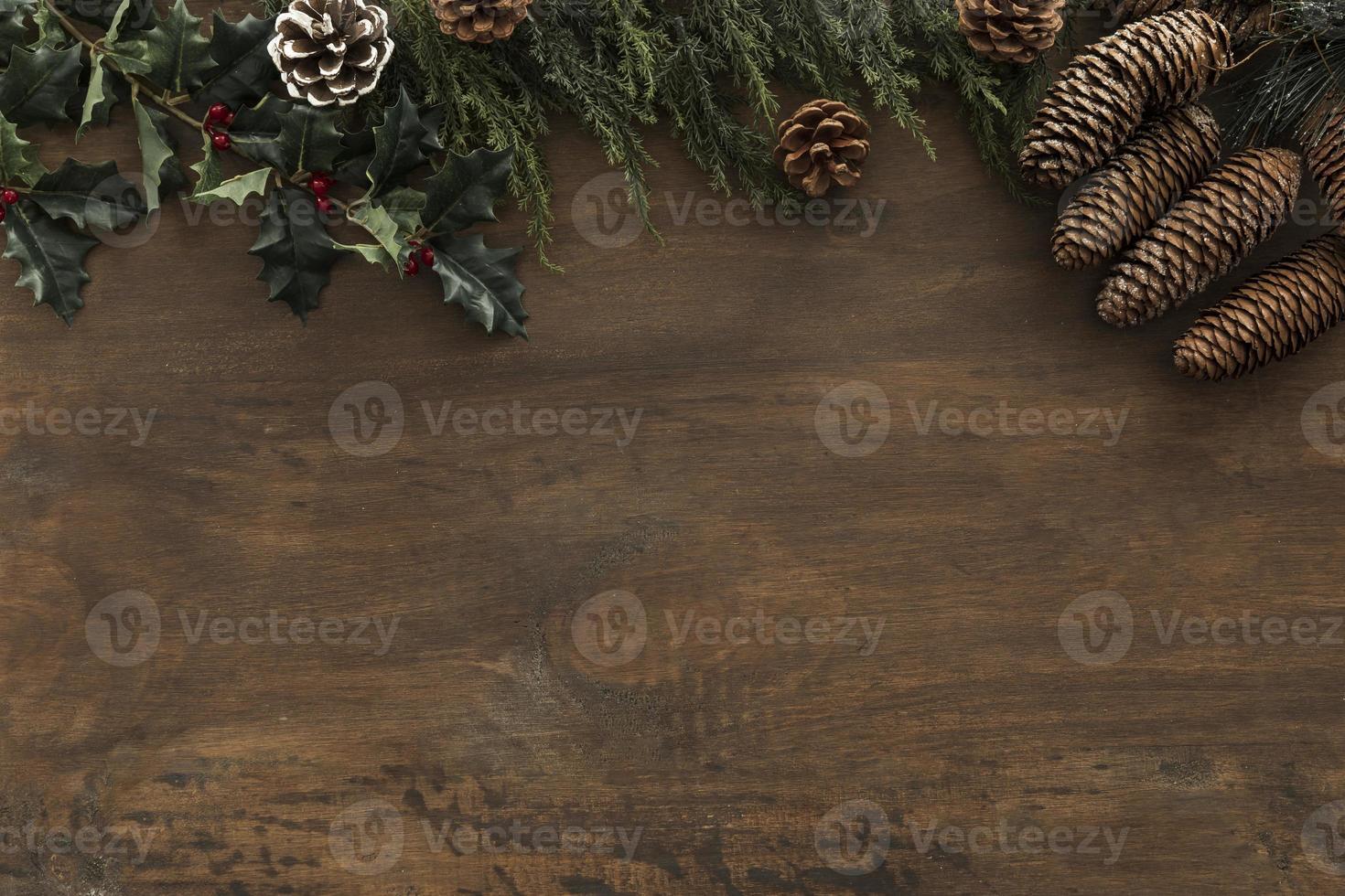 hulst takken met kegels op houten tafel foto