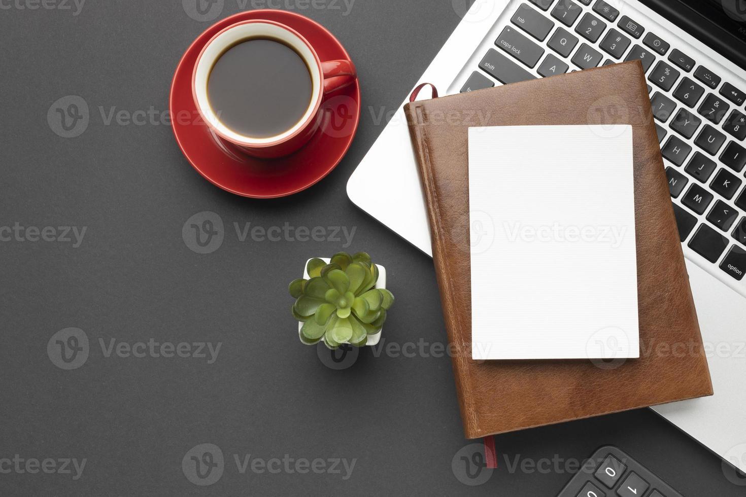opstelling van kantoorelementen op donkere achtergrond foto
